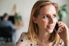 Jonge vrouw die met smartphone een telefoongesprek maken Royalty-vrije Stock Afbeeldingen
