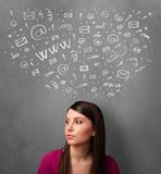 Jonge vrouw die met sociale netwerkpictogrammen denken boven haar hoofd Royalty-vrije Stock Fotografie