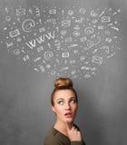 Jonge vrouw die met sociale netwerkpictogrammen denken boven haar hoofd Stock Fotografie