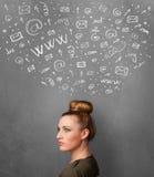 Jonge vrouw die met sociale netwerkpictogrammen denken boven haar hoofd Stock Afbeelding