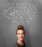 Jonge vrouw die met sociale netwerkpictogrammen denken boven haar hoofd Stock Foto's
