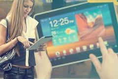 Jonge Vrouw die met tabletcomputer op straat loopt Royalty-vrije Stock Foto's