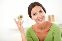Jonge vrouw die met toothy glimlach camera bekijken Stock Foto