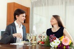 Jonge vrouw die met zijn echtgenoot glimlachen Royalty-vrije Stock Foto's