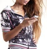 Jonge vrouw die mobiele telefoon houdt Stock Foto's