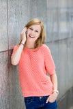 Jonge vrouw die mobiele telefoon met behulp van Stock Foto's