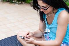 Jonge vrouw die mobiele telefoon met behulp van Royalty-vrije Stock Foto's