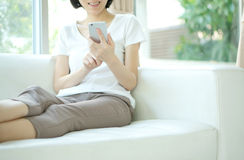 Jonge vrouw die mobiele telefoon met behulp van royalty-vrije stock foto