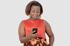 Jonge vrouw die mobiele telefoon in studio met behulp van Stock Afbeeldingen