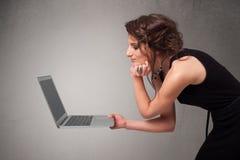 Jonge vrouw die moderne laptot houden Stock Foto