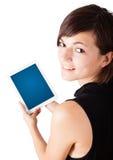 Jonge vrouw die moderne tablet bekijken Stock Foto