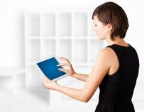 Jonge vrouw die moderne tablet bekijken Stock Afbeelding