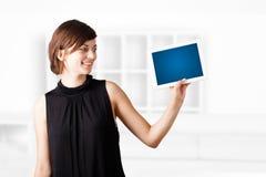Jonge vrouw die moderne tablet bekijken Stock Foto's