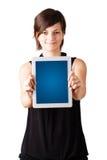 Jonge vrouw die moderne tablet bekijken Royalty-vrije Stock Foto's