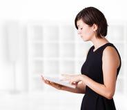 Jonge vrouw die moderne tablet bekijken Royalty-vrije Stock Afbeelding