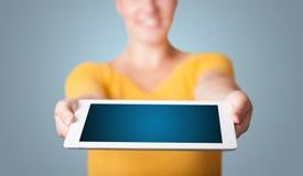 Jonge vrouw die moderne tablet houden Stock Foto's