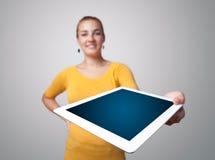Jonge vrouw die moderne tablet houdt Royalty-vrije Stock Fotografie