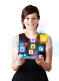 Jonge vrouw die moderne tablet met kleurrijke pictogrammen bekijken Stock Fotografie