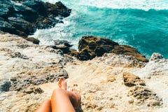Jonge Vrouw die Mooi Landschap van Klippen en Oceaan in Portugal bewonderen stock afbeeldingen