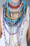 Jonge vrouw die multi gekleurde parels en halsbanden dragen Royalty-vrije Stock Foto's