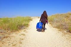Jonge vrouw die naar haar vakantiebestemming reizen Stock Foto