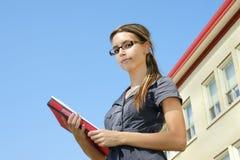 Jonge vrouw die neer camera bekijkt Stock Afbeelding