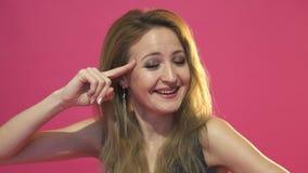 Jonge vrouw die negatief teken op witte achtergrond tonen Geïsoleerd op roze achtergrond stock videobeelden