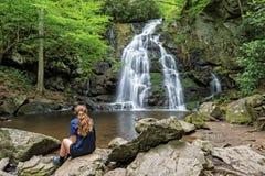 Jonge Vrouw die Nette Vlaktendalingen bekijken royalty-vrije stock fotografie