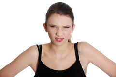 Jonge vrouw die neus en het loensen ogen rimpelt. Stock Afbeeldingen