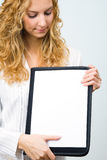 Jonge vrouw die nota's toont Royalty-vrije Stock Fotografie