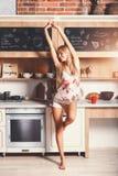 Jonge Vrouw die Ochtendoefeningen op de Keuken doen stock afbeeldingen