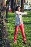 Jonge vrouw die oefeningen doet royalty-vrije stock foto