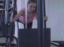 Jonge vrouw die oefeningen doet Stock Afbeeldingen