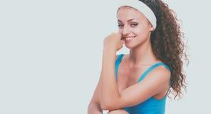 Jonge vrouw die oefeningen doet Geïsoleerdj op witte achtergrond Royalty-vrije Stock Foto's