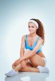 Jonge vrouw die oefeningen doet Op witte achtergrond Royalty-vrije Stock Afbeelding