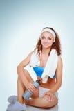 Jonge vrouw die oefeningen doet Op witte achtergrond Stock Fotografie