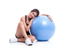 Jonge vrouw die oefeningen met geschiktheidsbal doen Stock Fotografie