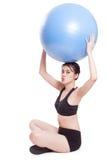 Jonge vrouw die oefeningen met geschiktheidsbal doen Royalty-vrije Stock Fotografie