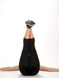 Jonge vrouw die oefeningen op vloer doen Royalty-vrije Stock Foto