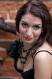 Jonge vrouw die onderaan een uitdaging werpt Royalty-vrije Stock Foto's
