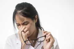 Jonge vrouw die ongemak wegens het dragen van kortzichtige glazen voelen, die aan ogen p lijden royalty-vrije stock fotografie