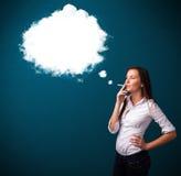 Jonge vrouw die ongezonde sigaret met walm roken Stock Afbeelding