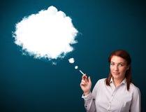 Jonge vrouw die ongezonde sigaret met walm roken Royalty-vrije Stock Foto's