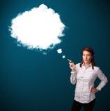 Jonge vrouw die ongezonde sigaret met walm roken Stock Foto