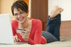 Jonge Vrouw die online winkelt Stock Foto's