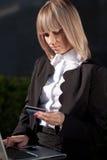 Jonge vrouw die online winkelt Stock Afbeelding