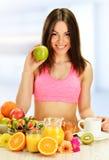 Jonge vrouw die ontbijt hebben Stock Foto