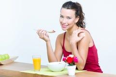 Jonge vrouw die ontbijt hebben thuis royalty-vrije stock fotografie
