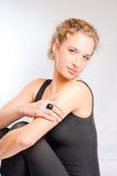 Jonge vrouw die ontspannen maillotzitting draagt Stock Fotografie