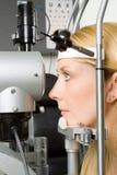 Jonge vrouw die oogtest heeft Royalty-vrije Stock Afbeeldingen